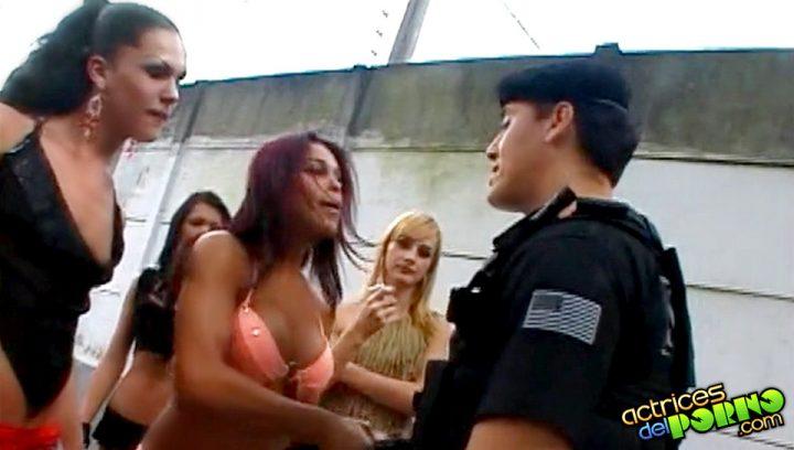 Travestis cachondas follándose a un Policía